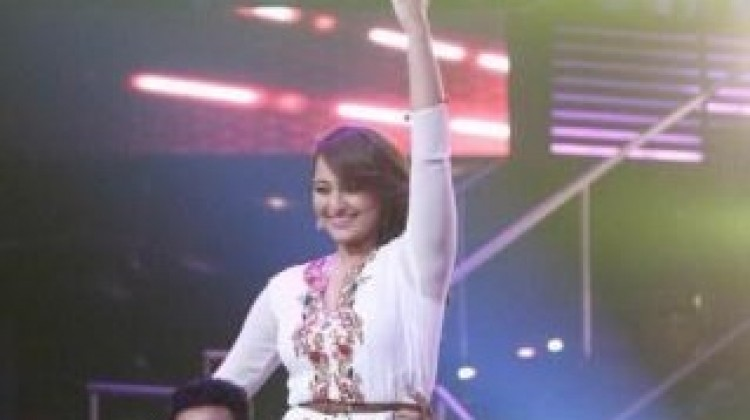 Sonakshi Sinha rocks Indian Idol Junior with Nachan Farrate