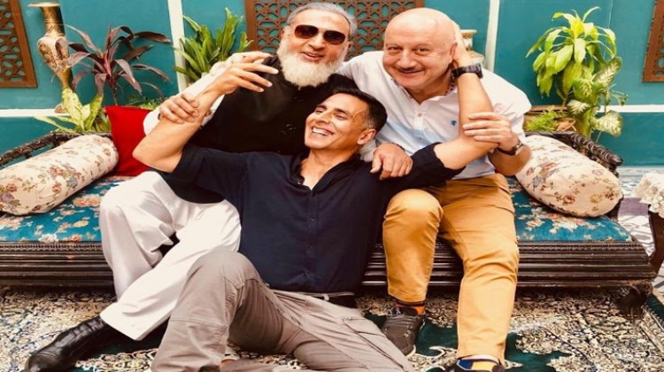 Akshay Kumar reunites with his 90's buddies, Anupam Kher and Gulshan Grover